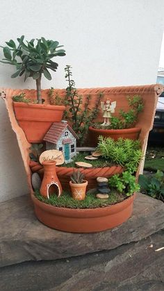 Good idea for mini garden ❤️ miniatur garten 2 Good idea for mini garden ❤️ Broken Pot Garden, Fairy Garden Pots, Indoor Fairy Gardens, Garden Terrarium, Fairy Garden Houses, Gnome Garden, Miniature Fairy Gardens, Succulents Garden, Fairy Gardening
