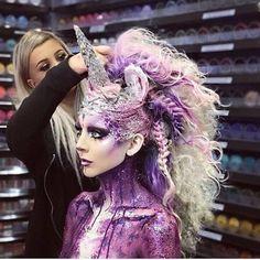 This so magical! 🦄☄🌈💖😱 Fantasy Hair, Fantasy Makeup, Unicorn Halloween Costume, Dark Unicorn Costume, Halloween Hair, Becoming A Makeup Artist, Wacky Hair, Unicorn Makeup, Festival Makeup