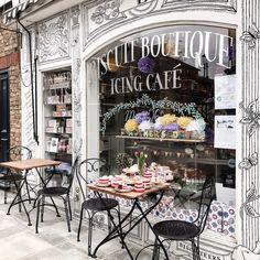 How cute is this Paris coffee shop. Deco Restaurant, Restaurant Design, Modern Restaurant, Coffee Shop Design, Cafe Design, Cafe Shop, Cafe Bar, Cafeteria Paris, Deco Cafe
