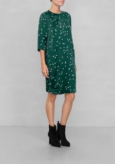 Relaxed and versatile, this knee-brushing dress with front seam pockets is a chic day-to-night alternative that provides multiple styling options. The scattered pearl print adds to the overall sleek feel.