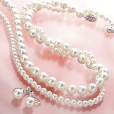 【6月の誕生石:パール・真珠】 あこや真珠 パールネックレス2本(8.5~9mm珠+5~5.5mm珠)&パールイヤリング セット(鑑別カード付き)   8mm以上のパールを大珠と呼びますが、このネックレスはさらに大きな8.5~9mm珠の、あこや本真珠を使用していますのでボリューム感があり、胸元を美しく飾ってくれます。 しかも、5~5.5mm珠のネックレスをもう1本セットにした2本組に加えて、8mm珠のイヤリングまでセットにした鑑別カード付きの、あこや真珠を贅沢に使った3つセットを、このお値段でお届けしちゃいます。 真珠は、年齢を重ねるごとに登場の場面が多くなるアクセサリー。 この価格で、この品質・この大きさのあこや本真珠は、めったにご提供できません...   入学式や結婚式、冠婚葬祭などフォーマルな席に、「私は持っていなかった。やっぱり揃えておかなきゃ」と言う貴女のために『幸せのジュエリー』が、〜ジュエリーで貴方を幸せに〜するために、鑑別カードもお付けしてお届けします♡…