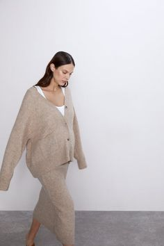 Cardigan made of a llama wool blend with a V-neck, long sleeves, front patch pockets and front button fastening. HEIGHT OF MODEL: 177 CM / Fall Maternity Outfits, Stylish Maternity, Pregnancy Outfits, Maternity Wear, Maternity Fashion, Pregnancy Style, Maternity Style, Pregnancy Fashion Winter, Postpartum Fashion