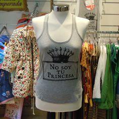 """Camiseta de Dolores Promesas con tirantes gris """"No soy tu princesa"""". Por delante."""