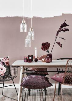 Wir lieben Samt - besonders Samt-Kissen! Schließlich fühlt sich Samt kuschelig weich an und sieht auch noch besonders vornehm aus – eine perfekte Kombination. Die Samt-Kissenhülle Regency sorgt in diesem trendigen Esszimmer für stylischen Sitzkomfort! // Esszimmer Tisch Stühle Kerzen Vasen Bordeaux Rot Wire Schwarz Lila