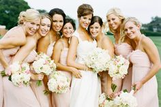 Groupe Mariée + demoiselles -   De 3/4 profil les eues derrières les autres de part et d'autre de la mariés au centre - Très serré + sourires