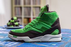 """Sneakersnstuff x Reebok Pump Twilight Zone """"Punschrulle"""": Swedish retailer Sneakersnstuff has collaborated with Reebok once again to bring this """"Punschrulle"""" Sneakers Outfit Work, Sneakers N Stuff, New Sneakers, Black Sneakers, Reebok, Vintage Shoes Men, Streetwear, Swag, Oldschool"""