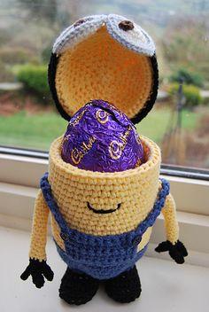 Whos hoping for Minions of Easter Eggs? Free crochet Easter Egg holder pattern at Slightly-Sheepish. Holiday Crochet, Crochet Gifts, Cute Crochet, Crochet Dolls, Crochet For Easter, Minion Crochet Patterns, Minion Pattern, Minion Easter Eggs, Egg Holder