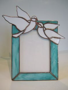 Dove Picture Frame by GriffithDesigns on Etsy This wonderful picture frame is a perfect wedding present. Nothing says LOVE like a pair of white doves. This frame holds a standard 5 X 7 photograph and measures 11 by Stained Glass Frames, Stained Glass Birds, Stained Glass Projects, Stained Glass Patterns, Mirrored Picture Frames, Glass Picture Frames, Tiffany, Dove Pictures, Glass Wind Chimes