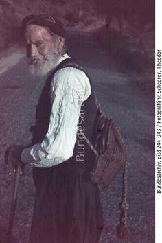 Griechenland, Kreta.- Zivilbevökerung, älterer Mann (Bauer?) mit Wanderstock und Rucksack auf Straße  Datierung  1941/1943  Fotograf