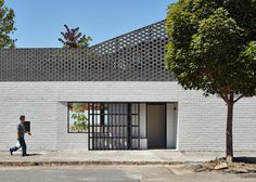 Perimeter House encloses private courtyard and swimming pool in Melbourne