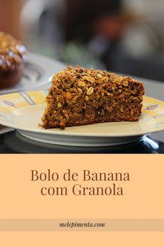 Bolo de banana com granola    Um bolo muito fácil de fazer com banana e coberto por uma crocante camada de granola. Confira a receita!