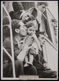 Spain - 1937. - GC - @ Capa, Robert (André Ernö Friedmann): - Milicianos despidiéndose en la estación de Barcelona