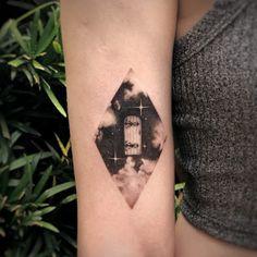 Tatuagem autoral, exclusiva e conceitual: entenda aqui! - Blog Tattoo2me O Tattoo, Mini Tattoos, Outer Space, Gypsy, Blog, Shoulder Tattoo, Unique Tattoos, Delicate Tattoo, Male Tattoo