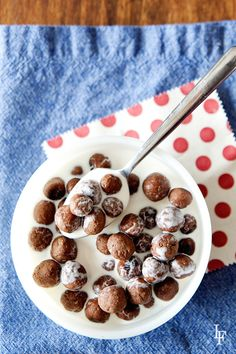 So cool! homemade cocoa puffs - there's 3 recipes in here - a regular, a gluten free recipe, and a grain free (paleo friendly) recipe. Can't wait to make these with the kids! Cocoa Puffs, Homemade Cereal, Puff Recipe, Almond Recipes, Gluten Free Recipes, Gluten Free Breakfasts, Grain Free, Healthy Desserts, Healthy Eats