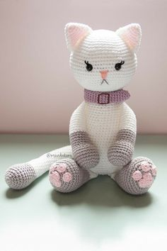 Whoever is inside the world of DIY knows that one of the main trends of the moment is the amigurumi. Very famous worldwide, the amigurumi arrived in Crochet Cat Pattern, Crochet Dolls Free Patterns, Crochet Teddy, Cute Crochet, Knitted Bunnies, Knitted Cat, Diy Crafts Knitting, Crochet Projects, Stuffed Animal Patterns