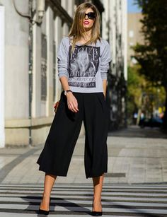 Ms. Treinta, look Sudadera chic. Black and gray graphic tee with black culottes.