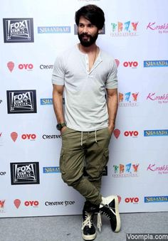 Shahid Kapoor rocks a casual look in a grey T-shirt and cargo pants. via Voompla.com