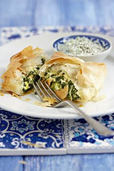 Spanakopita – spinasie en fetakaas in fillodeeg Healthy Recipes On A Budget, Snack Recipes, Dessert Recipes, Snacks, Empanadas, South African Recipes, Ethnic Recipes, Tapas, Good Food