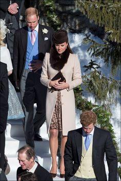 2/3/2013, 20 weken. Voor een Zwitsers huwelijk kiest Kate voor een verhullende jurk, poederroze jas en bonten stola van Max Mara.