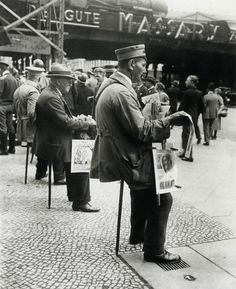 Newspaper sellers on seat sticks, Berlin 1927