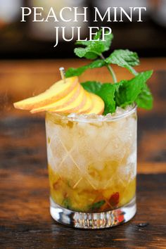 This Peach Mint Julep is so easy to make with peaches, mint, bourbon and peach bitters! Make one for an easy spring cocktail! Vodka Mojito, Peach Vodka, Mint Mojito, Vodka Drinks, Tequila, Whiskey Cocktails, Beverages, Spring Cocktails, Summer Cocktails