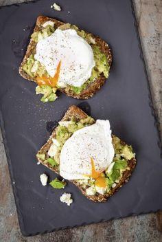 Tosta de pan de centeno, aguacate y huevos escalfados - 30 cenas que te ayudan a adelgazar