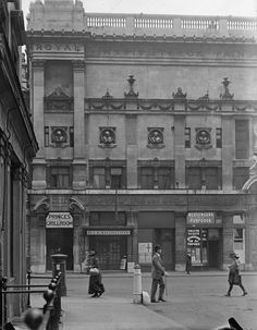 Entrance to the Royal Institute of Painters in Piccadilly during the First World War.