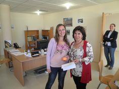 """Teresa Gálán (Biblioteca Central de Badajoz), responsable de la Unidad Técnica de Atención a Usuarios de Badajoz, haciendo entrega a uno de nuestros alumnos de uno de los premios del III Concurso """"Sigue la Pista al libro"""" #bibliotecarios #UEx"""