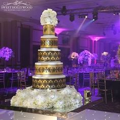 @sweethollywood really knows how to bring the glamour with this gold and black wedding cake design!  #strictlyweddings #weddinginspiration #luxurywedding #weddingcake #wedding #englishwedding #londonwedding #designercakes #luxurycakes #instawedding #insta