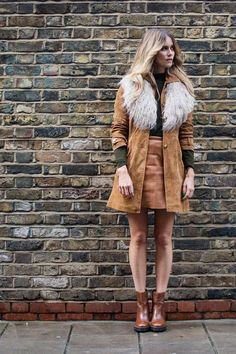 Outfit no.1 at LFW - Whinnie Williams dresses in her signature retro style, wearing shades of tan, accessorised with a faux fur collar. #NewLookStyle #LFW #streetstyle
