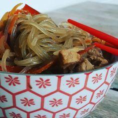 Japchae - Ai como tô coreana ... Japchae, Ethnic Recipes, Blog, Potato Noodles, Sesame Oil, Pickles, Bibimbap Recipe, Kale Stir Fry, Mushrooms