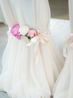 1-comment-decorer-la-chaise-de-mariage-avec-un-voilage-blanc-et-fleurs1.jpg 700×951 pixels