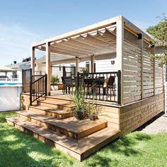 Parents de deux jeunes enfants, les proprios avaient comme objectif de se construire un patio qui leur donnerait l'impression d'être en vacances, même lorsqu'ils sont à la maison. Le point central de leur projet? Un grand espace en guise de salle à manger extérieure où ils peuvent profiter autant du soleil que d'un peu d'ombre … Continued Cozy Backyard, Backyard Gazebo, Deck With Pergola, Outdoor Pergola, Patio Plans, Outside Patio, Backyard Patio Designs, Home Landscaping, Impression