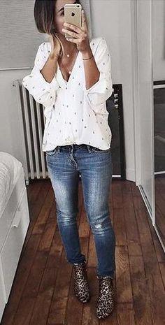 Jeans, witte bloes met motief, panter laarsjes
