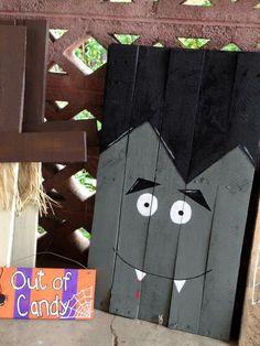 Dracula pallet Halloween Wood Crafts, Pallet Halloween Decorations, Halloween Pallet Signs, Fall Pallet Signs, Halloween Projects, Halloween 2017, Diy Halloween, Holidays Halloween, Holiday Crafts