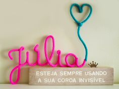 Nome em Tricô - Júlia Love Craft, Diy And Crafts, Kids Room, Neon Signs, Baby Shower, Letters, Knitting, Crochet, How To Make