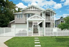 typical Triple Gable Queenslander - Love the external colour choice! Gives a modern touch without losing the Queenslander feel Exterior Paint Colors, Exterior House Colors, Paint Colors For Home, Fresco, Weatherboard Exterior, Queenslander House, Facade House, Grandma's House, House Exteriors