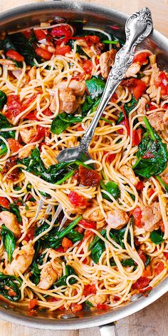 Tomato Basil & Spinach Chicken Spaghetti – healthy, light, Mediterranean style dinner, packed with vegetables, protein and good oils. Use whole wheat pasta in this recipe to keep it clean eating friendly. Pin now to try later! Huhn Spaghetti, Spaghetti Spinach, Spaghetti Squash, Vegetarian Spaghetti, Spaghetti With Chicken, Healthy Spaghetti Recipe, Spaghetti With Vegetables, Pasta Recipes With Spaghetti Noodles, Mexican Spaghetti