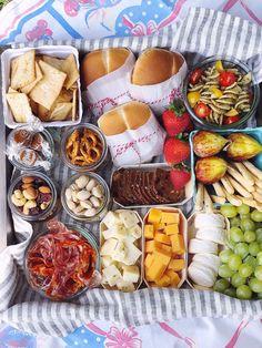 Romantic Picnic Food, Picnic Date Food, Picnic Box, Picnic Lunches, Picnic Ideas, Picnic Baskets, Cold Picnic Foods, Beach Picnic Foods, Family Picnic Foods