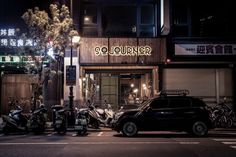Sojourner Café is one of the most unique store design in Kaohsiung, Taiwan. The design concept is to combine Vespa exhibition and Café. The designer, Ting Chung, use industrial and classical elements to create the warm casual atmosphere.