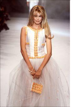 Claudia Schiffer au défilé Chanel printemps-été 1996 ~ Colette Le Mason @}-,-;---