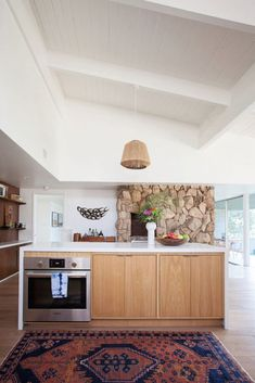 mid-century modern kitchen in Natalie Meyers' (of Veneer Designs) Ladera Heights home. Modern Kitchen Design, Modern Interior Design, Interior Ideas, Home Decor Kitchen, Home Kitchens, Kitchen Hutch, Kitchen Lamps, Dream Kitchens, Kitchen Layout
