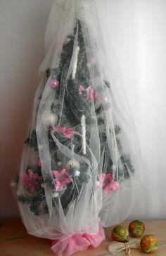 Mi árbol de Navidad shabby Chic. Viejo con adornos elegantes. Esta Navidad le he puesto a nuestro viejo árbol de Navidad una mosquitera de Ikea. También sirve un trozo de velo de novia. El velo le  da un matiz muy romántico y con unos pocos adornos de témpanos o carámbanos, flores de pascua y bolas, en rosa Millennial y nácar brillantes y las luces de copos de nieve de algodón le dan el matiz chic. Las bolas en rosa son de cristalitos como las bolas de las discotecas.