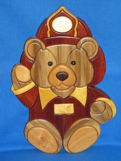 Intarsia Feuerwehrmann Bär, alle exotischen und natürliche Holz, keine Farbe oder Fleck, nur Sealer. 12 x 8 1/2, bereit zum Erhängen.