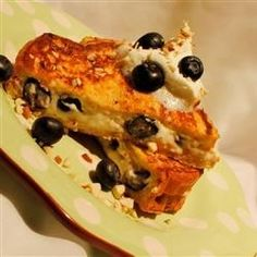 Stuffed Blueberry Toast - Substituted strawberries and it was good that way too! Cream Cheese Spreads, Cream Cheese Filling, Breakfast Dishes, Breakfast Recipes, Breakfast Ideas, Good Food, Yummy Food, Blueberry French Toast