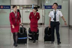 香港の空港に到着したキャセイパシフィック航空(Cathay Pacific Airways)の客室乗務員ら(左2人、2014年5月5日撮影)。(c)AFP/Philippe Lopez ▼6May2014AFP|キャセイ労組、女性乗務員の制服変更を要求 「セクハラ招く」 http://www.afpbb.com/articles/-/3014214 #Cathay_Pacific