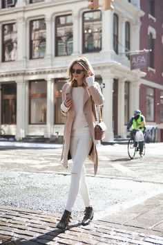 Photo cream jeans outfit, white jeans winter outfit, camel coat out How To Wear White Jeans, White Jeans Outfit, Beige Outfit, White Pants, Fashion Mode, Look Fashion, Girl Fashion, Womens Fashion, Fashion Trends