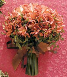 Rosas nas cores chá e chocolate com astromélias. Rubens Decorações.