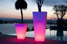 Iluminar las zonas de exterior con diferentes propuestas resistentes al aire libre y al agua. Echa un vistazo para adentrarte en la iluminación de tu jardín