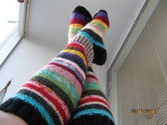 Raidalliset värikkäät villasukat